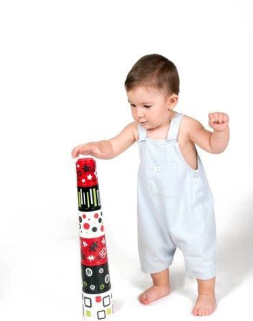 Miniland - zabawki edukacyjne - Kubeczkowa piramidka dla dziecka z stymulującymi wzorami