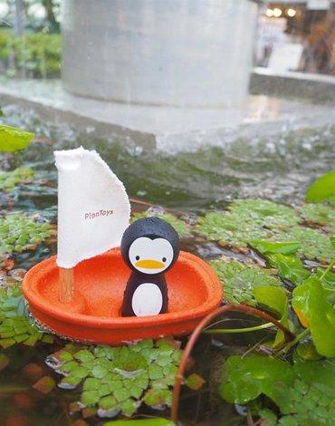 Żaglówka z pingwinem, zabawka do kąpieli | Plan Toys®