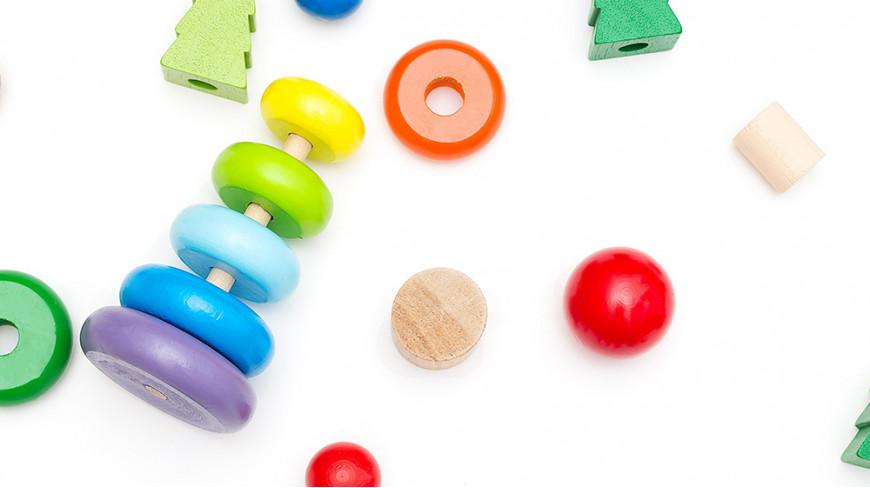 10 sposobów wspierania naturalnego rozwoju dziecka dzięki zabawie w układanie piramidy z klocków